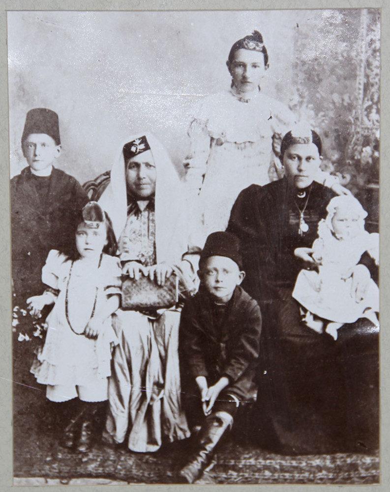 Фотография. Семейное фото. к. XIX в. На заднем плане стоит Гульхабира Насырия.