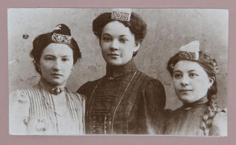 Фотография. Гульхабира Насырия (первая слева) с подругами. 1907 г.